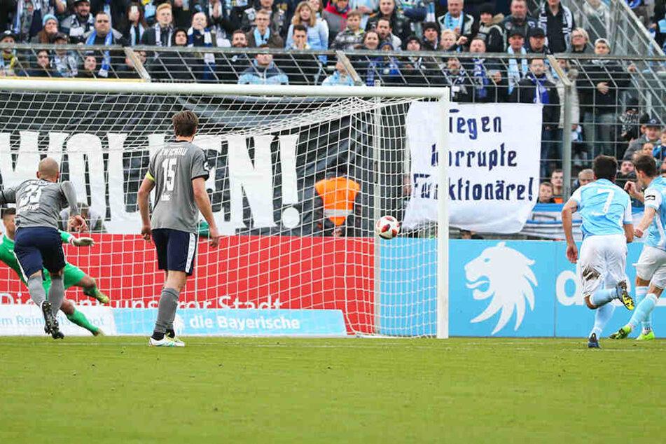 Philipp Steinhart (r.) erzielt per Handelfmeter das 2:0 für den TSV 1860 München. FSV-Torwart Johannes Brinkies (l., verdeckt) hat sich für die falsche Ecke entschieden.