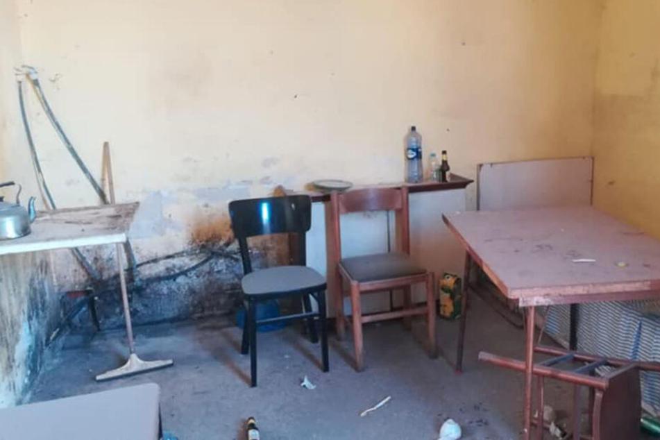 Blick in eine Unterkunft für Migranten auf Malta. Dutzende Migranten sind dort in ehemaligen Pferdeställen untergebracht worden.