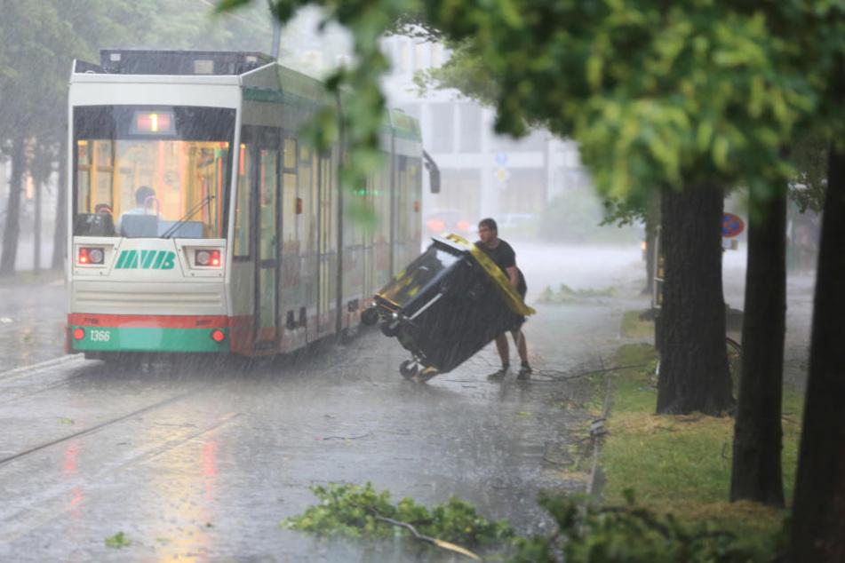 In Magdeburg (Sachsen-Anhalt) haben die angekündigten schweren Unwetter eingesetzt.
