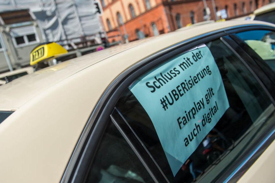 """Taxifahrer demonstrier seit Jahren gegen die drohende """"Uberisierung"""". Bald könnte es ernst werden für sie. (Archivbild)"""