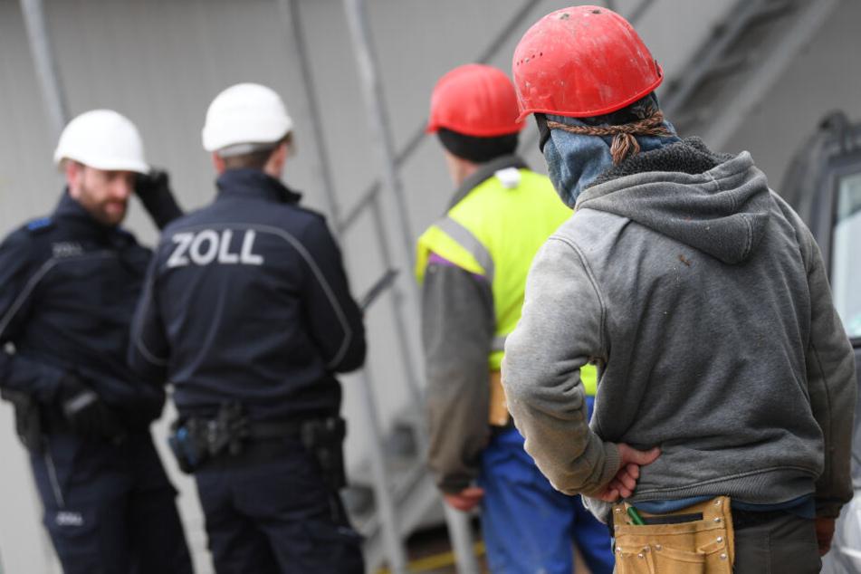 Beamte des Zolls bei einer Kontrolle von Bauarbeitern. (Symbolbild)