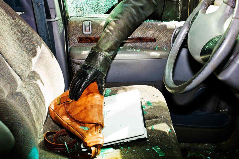 Der Dieb zerschlug die Scheibe des Firmenwagens und erbeutete so den Rucksack der Frau, sowie ihr Auto. (Symbolbild)