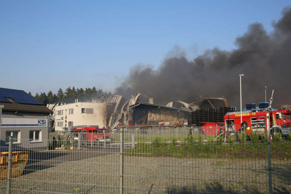 Bei dem Brand bildete sich über der Chemiefabrik eine riesige Rauchwolke.