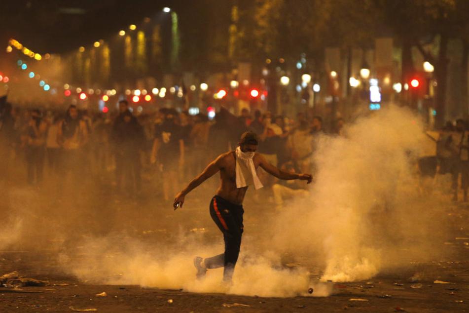 Die Polizei setzte Tränengas ein, um die Randalierer unter Kontrolle zu bringen.