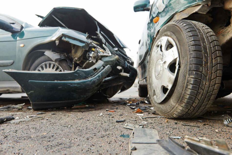 Beide Fahrzeuge erlitten bei dem Zusammenprall einen wirtschaftlichen Totalschaden. (Symbolbild)