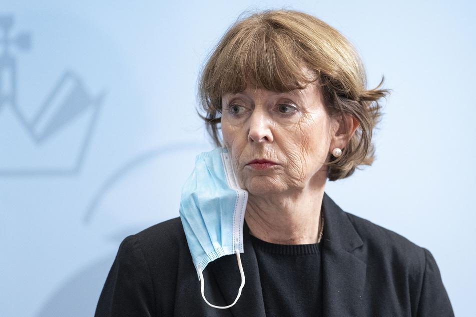 Henriette Reker (63, parteilos) Oberbürgermeisterin von Köln, blickt während einer Pressekonferenz zur aktuellen Corona-Lage in die Runde.