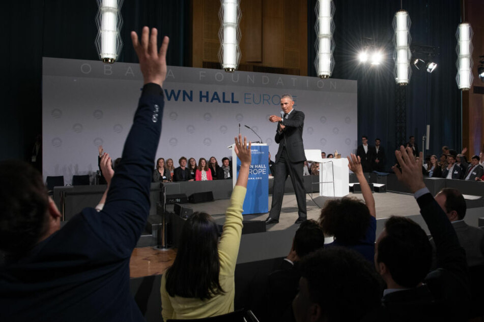 """Der früherer US-Präsident Barack Obama stellt sich bei einer """"Town-Hall""""-Veranstaltung in der European School of Management and Technology den Fragen junger Menschen."""
