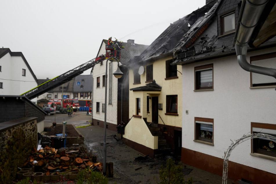 Feuerwehrleute löschen die letzten Glutnester.