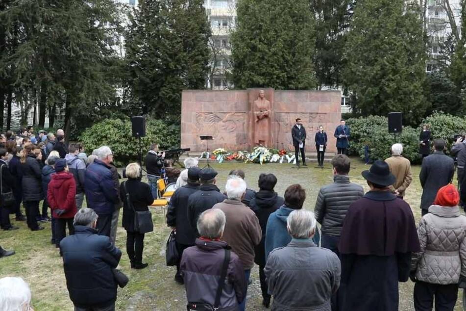 Der Gedenktag startet traditionell mit einer Kranzniederlegung auf dem Städtischen Friedhof.