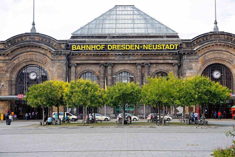 Polizei-Einsatz im Bahnhof Neustadt! Ein Mann hatte in einem Geschäft Parfüm geklaut, doch das war noch nicht alles. (Symbolbild)
