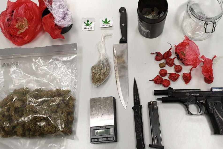 Dieses Foto der beschlagnahmten Objekte veröffentlichte die Polizei.