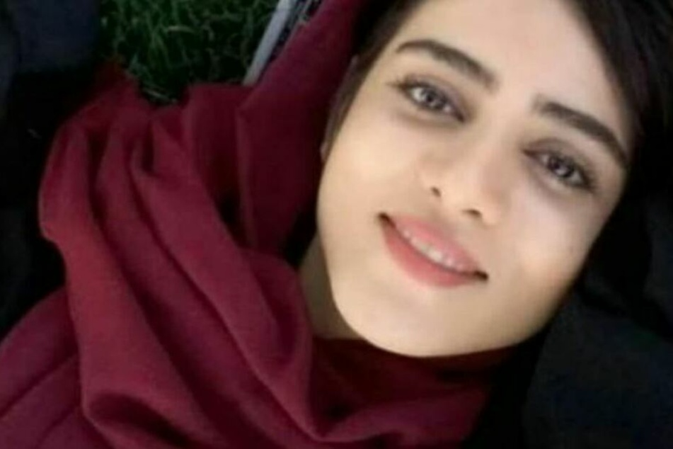 Sahar lächelt in die Kamera.