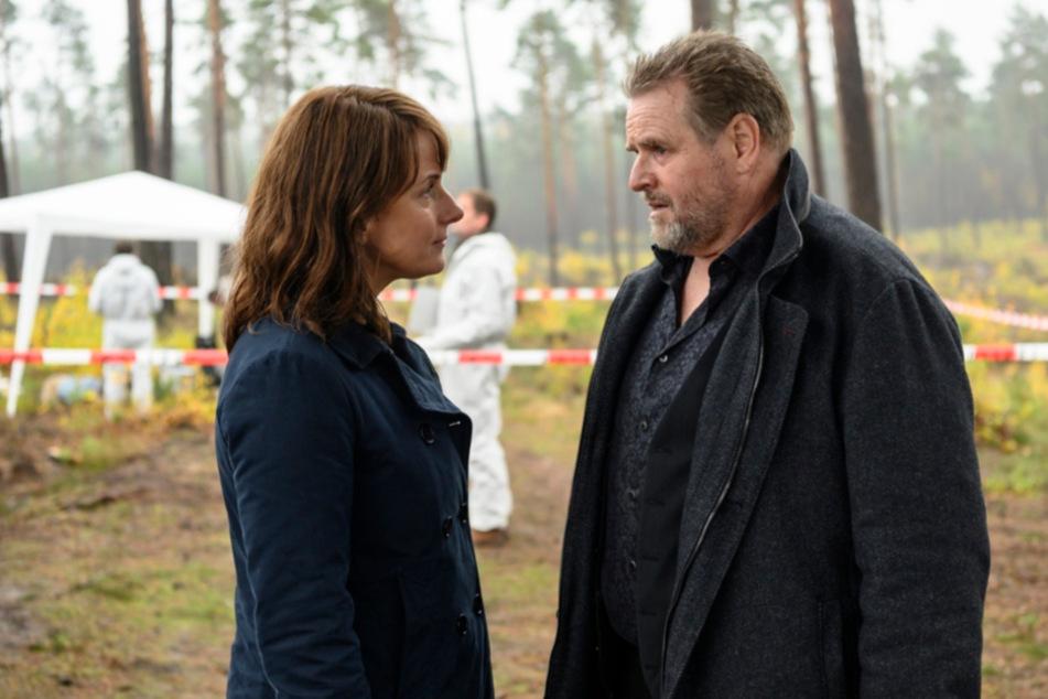 Uwe Lemp (Felix Vörtler, 59) erscheint geschockt am Tatort und erfährt von Hauptkommissarin Doreen Brasch (Claudia Michelsen, 51) von dem Mord.