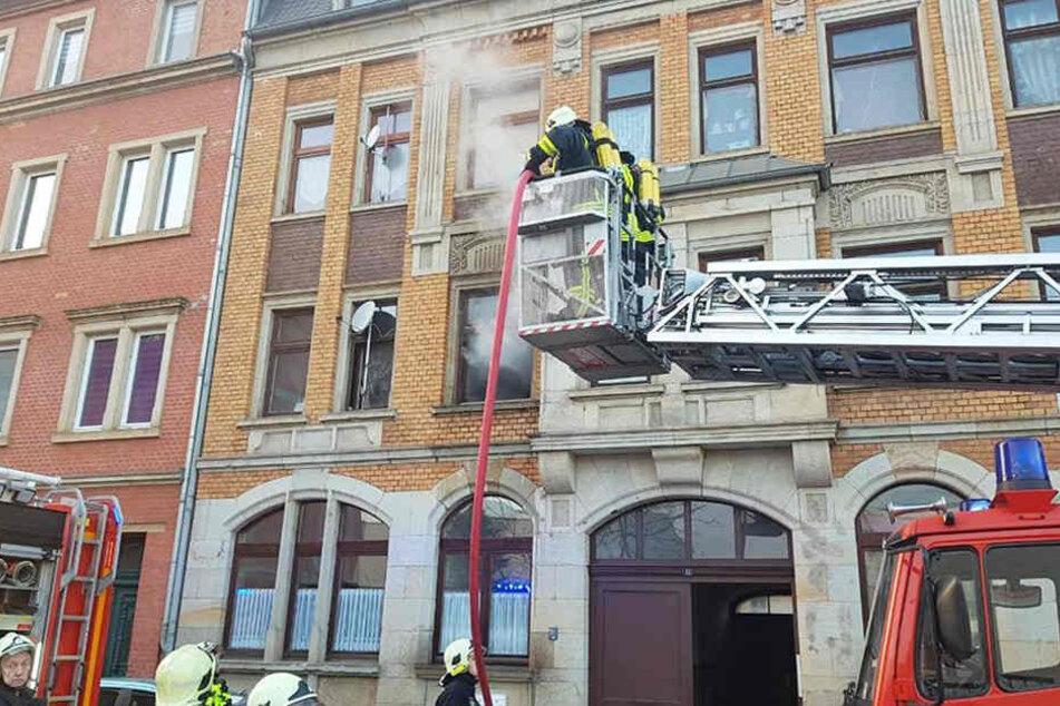 Mit der Drehleiter musste die Feuerwehr das brennende Kinderzimmer in Riesa löschen.