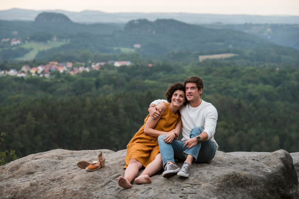 Philipp Danne (34) und Schauspielkollegin Liza Tzschirner (32) beim Dreh in der Sächsischen Schweiz.
