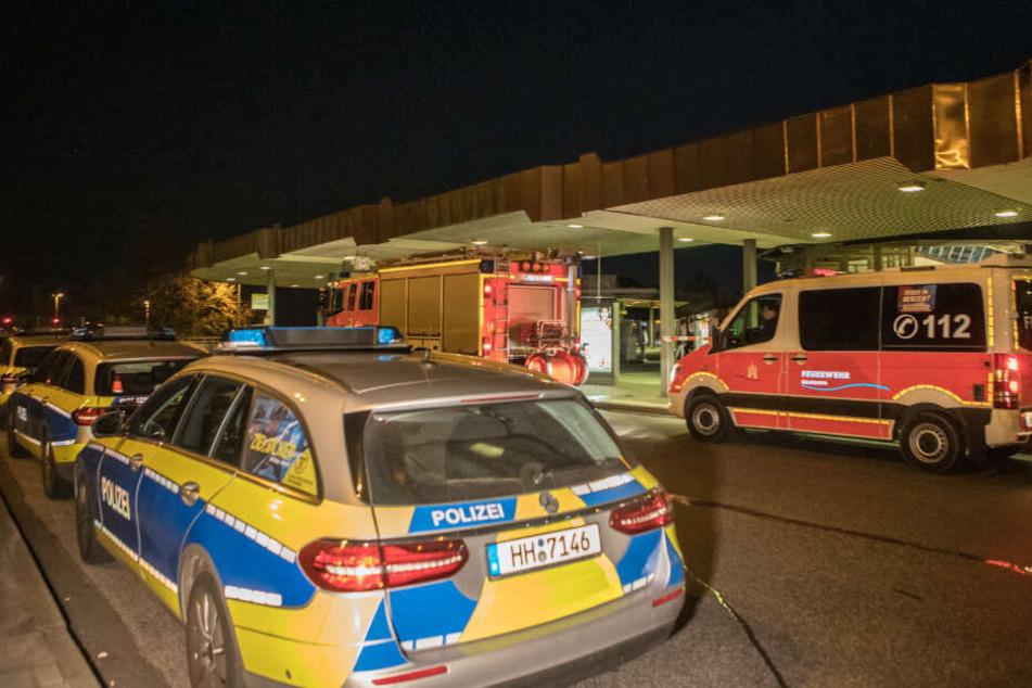 Polizeiwagen stehen nach der Messerattacke am Harburger Busbahnhof.