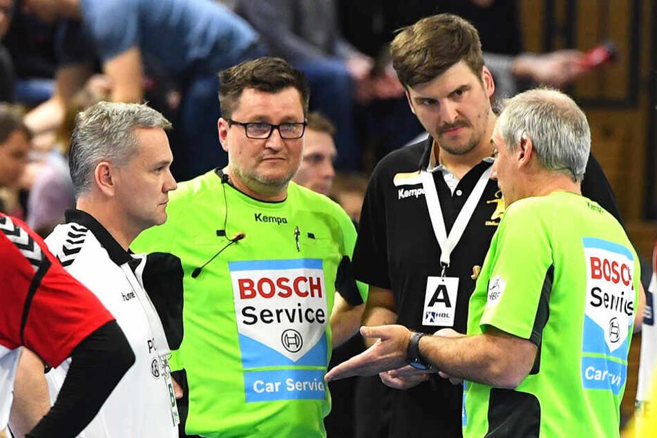 Die Schiris erklären Hamms Sportchef Kay Rothenspieler (l.) und Dresdens Co-Trainer Rico Göde ihre Entscheidung.