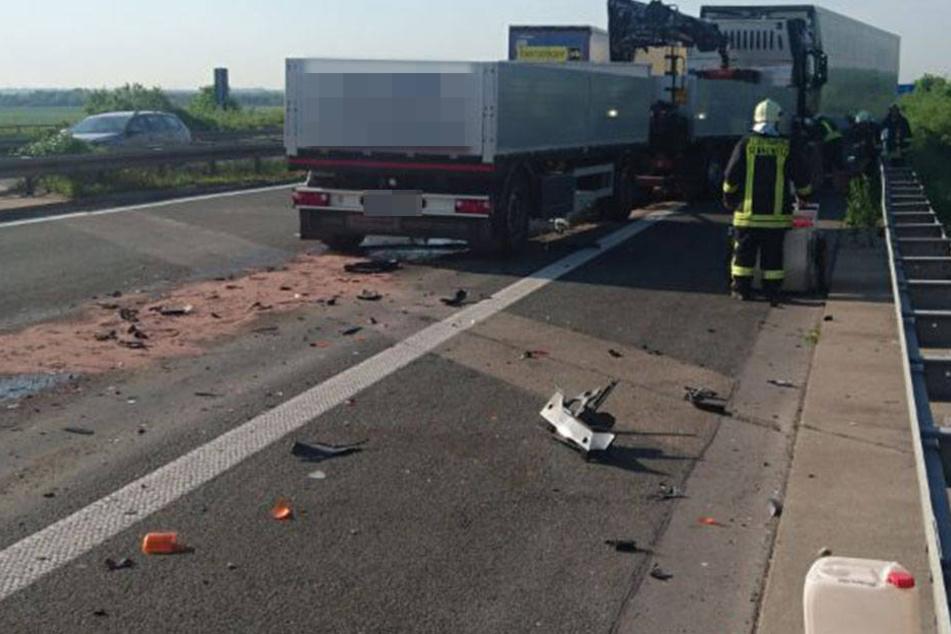 Ein Lkw fuhr an einem Stauende auf einen anderen Sattelzug auf, der wiederum auf einen dritten Lkw geschoben wurde.