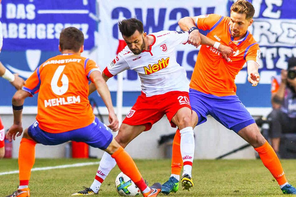 """Für den SV Darmstadt 98 ging es beim SSV Jahn Regensburg um alles - entsprechend war auch der Einsatz. So gewannen die """"Lilien"""" mit 3:0 und können den Klassenerhalt am letzten Spieltag nun aus eigener Kraft schaffen."""