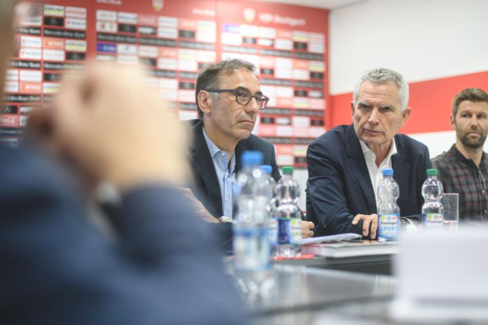 Bernd Gaiser, VfB Stuttgart-Präsidiumsmitglied, Präsident Wolfgang Dietrich und Sportvorstand Thomas Hitzlsperger bei einer Pressekonferenz (von links nach rechts im Bild).