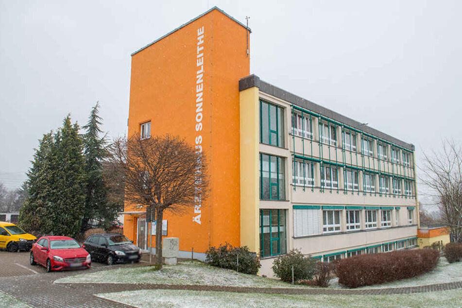 Im Ärztehaus in Schwarzenberg habe ein Mann das Kind gegen eine Tür gedrückt und sexuell missbraucht.