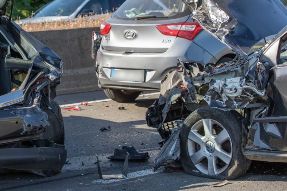 Schlimmer Unfall auf A46: Fünf Autos krachen ineinander, viele Verletzte