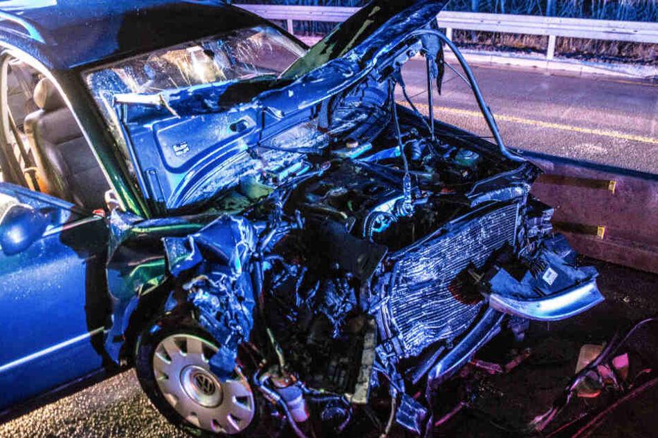 Ein Blick auf das zerstörte Auto des Mannes, der vor der Polizei geflüchtet war.