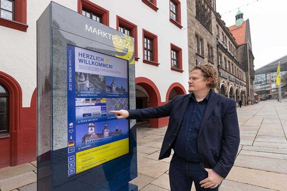Stadtrat Lars Fassmann (41, Vosi/Piraten) hält nicht viel von den Info-Stelen. Insgesamt 15 will die Stadt bis 2020 errichten.