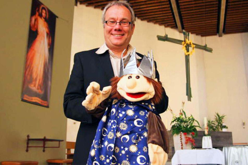 Ulrich Martinschledde vom Pastoralverbund Herford präsentiert einen der Heiligen drei Könige.