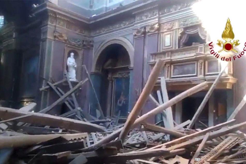 Kirchendach stürzt plötzlich ein: Touristen rennen erschrocken davon