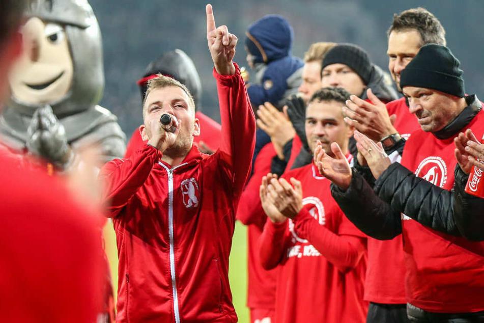 Unions Vorsänger Fabian Voss (l) verabschiedet sich nach 13 Jahren.