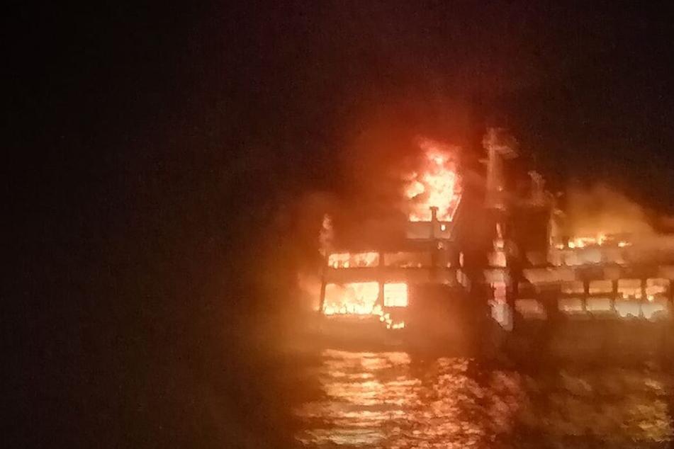 Feuer-Drama auf Fähre vor den Philippinen: Mindestens zwei Tote, darunter ein Baby (1)