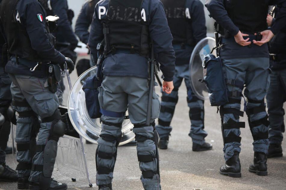 Vier Polizisten wurden bei dem Angriff verletzt. (Symbolbild)