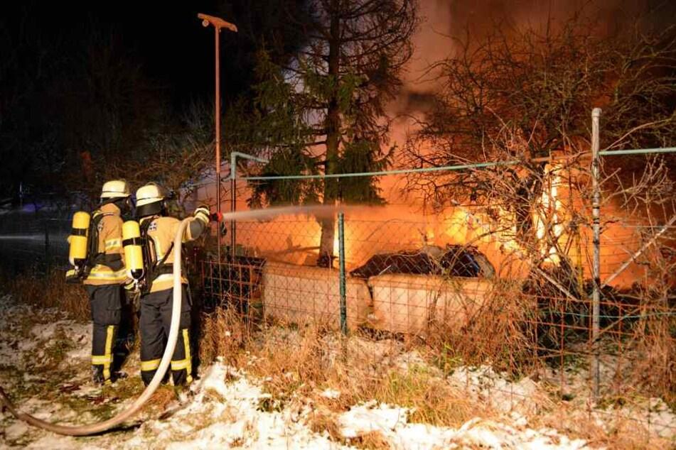 Insgesamt brannten vier Gartenhütten. (Symbolbild)