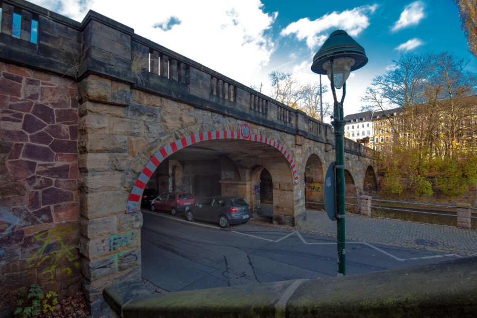 """Die Kaßbergauffahrt trägt seit Sommer 2017 den Namen """"Karl-Schmidt-Rottluff-Brücke"""" und sollte im Frühjahr für kapp drei Millionen Euro saniert werden."""