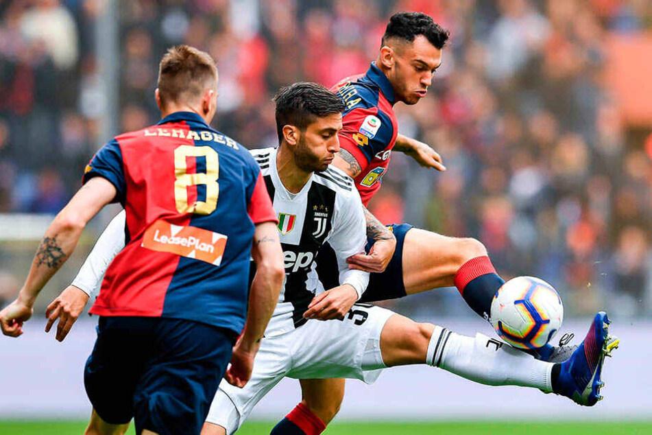 Kampf um jeden Zentimeter: Rodrigo Bentancur (M) von Juventus Turin behauptet sich gegen Lukas Lerager (l.) und Pedro Pereira von Genua.