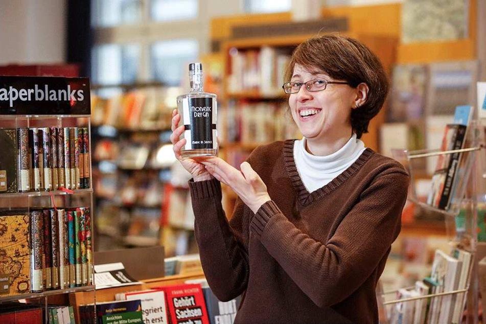 Annegret Morgenstern (32) verkauft den Gin jetzt in der St. Benno-Buchhandlung.