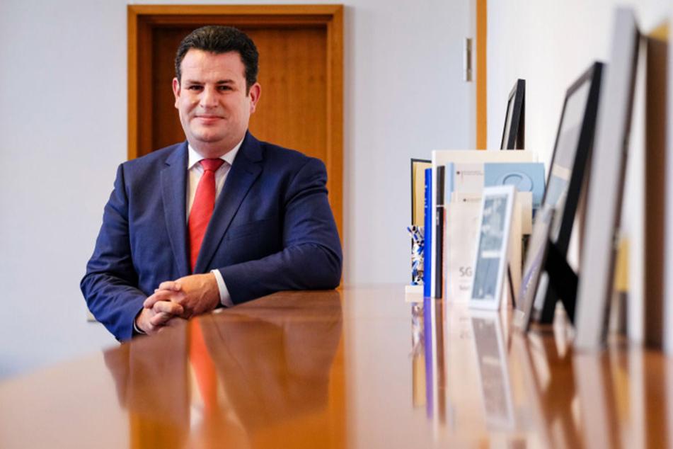 Im Büro des Ministers: Hubertus Heil (46, SPD) will mit einem sozialen Arbeitsmarkt Menschen aus der Langzeitarbeitslosigkeit befreien.