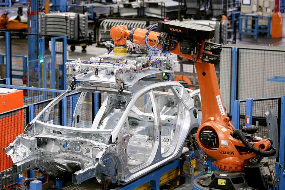 Ein Roboter baut an einer Ford-Karosserie im Kölner Werk.