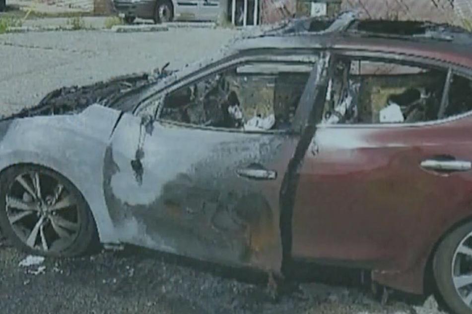 Nissan brennt auf offener Straße aus: Flammen-Inferno durch Samsung-Handy?