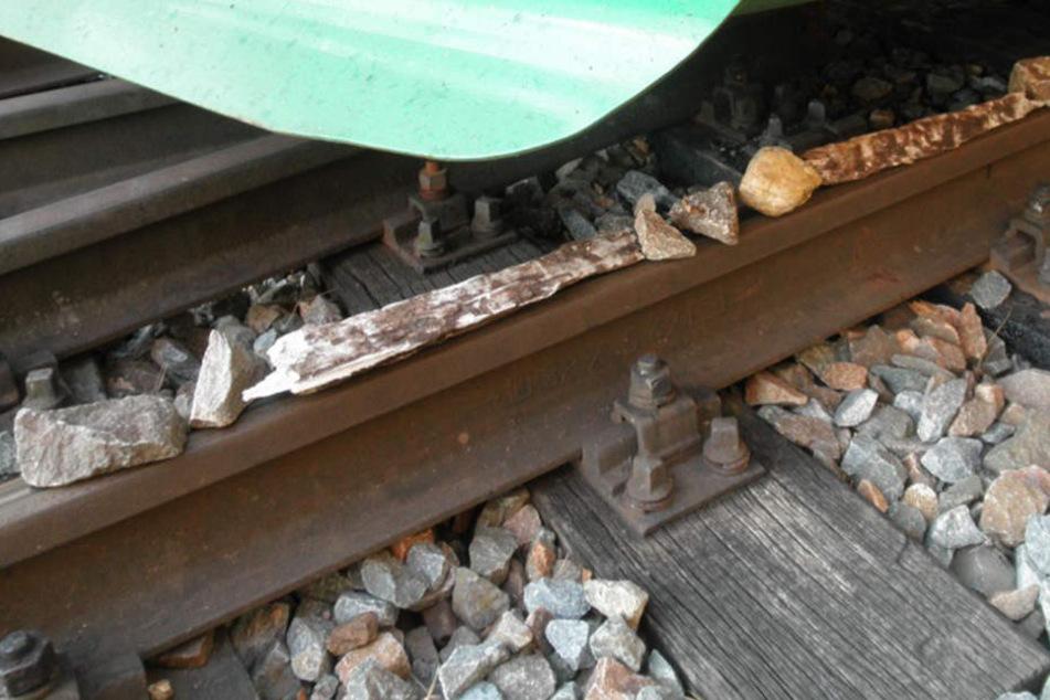In der Nähe der Syratalbrücke haben Unbekannte Steine und Holzstücke auf die Gleise gelegt.