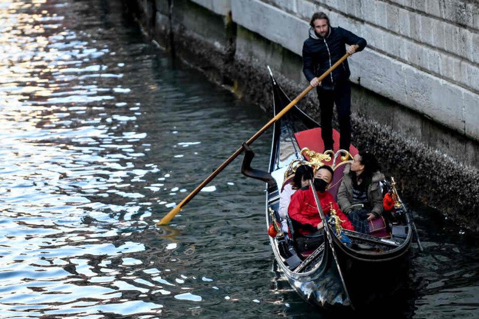 In Venedig tragen die Touristen sogar beim Gondeln mittlerweile einen Mundschutz.
