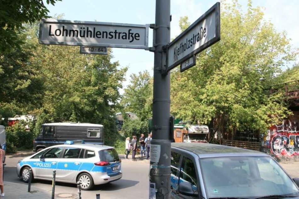 Die Berliner Polizei sucht derzeit den Bereich rund um die Lohmühlenstraße ab.