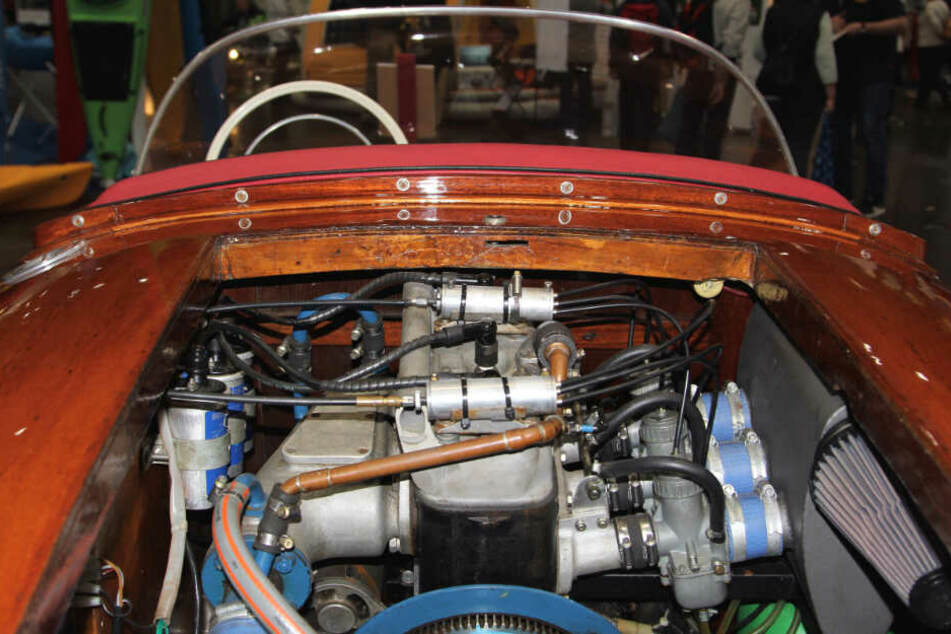 Da geht Oldtimer-Fans das Herz auf: ein Wartburg-Melkus-Motor mit drei Zylindern röhrt unter der Mahagoni-Haube der Monsun.
