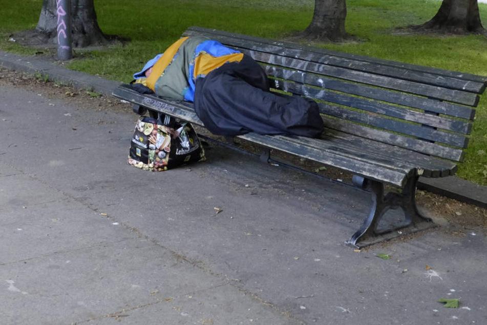 Der Obdachlose schlief auf einer Parkbank als er von zwei Männern um 88 Cent erleichtert wurde (Symbolbild).