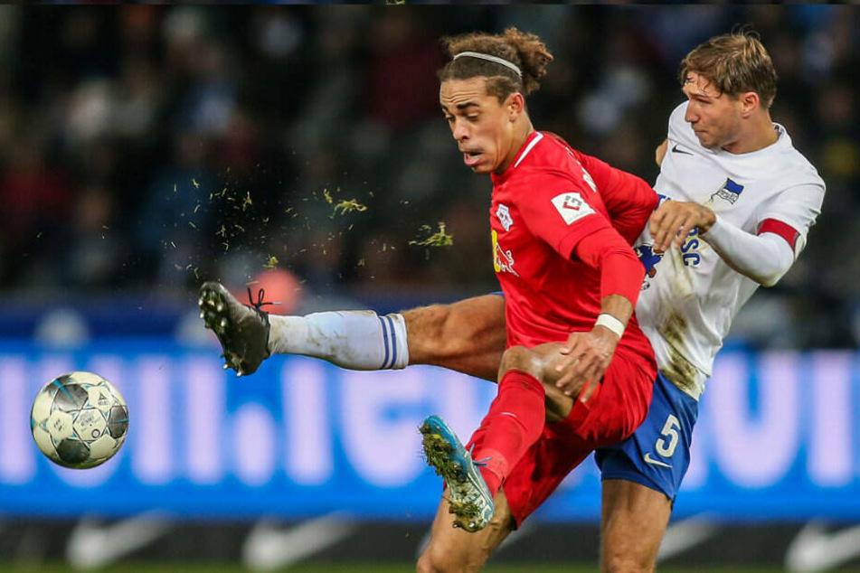 Yussuf Poulsen (l) von RB Leipzig kämpft gegen Berlins Niklas Stark um den Ball.
