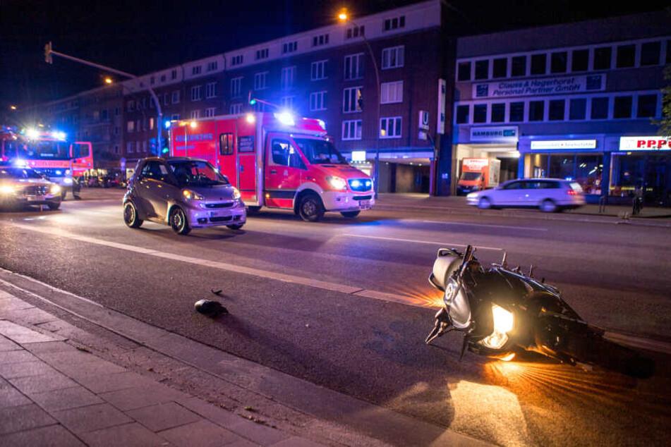 Das verunfallte Motorrad liegt auf dem Radweg an der Hamburger Straße.