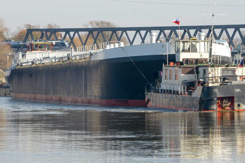 """Das neugebaute Tankschiff """"Spera"""" der tschechischen Reederei CSPL wird von zwei Schleppern auf der Elbe in Richtung Hamburg transportiert."""