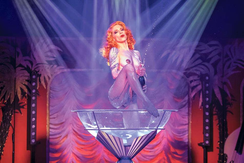 Natürlich darf der erotische Auftritt von Kalinka in der Champagner-Schale bei einer Burlesque-Show nicht fehlen.