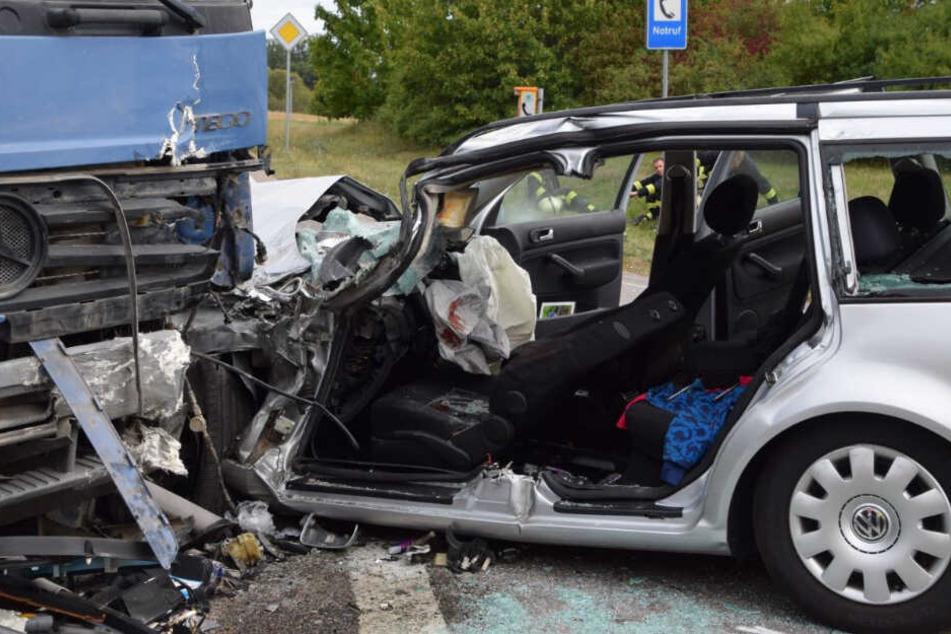 Der VW Golf wurde bei dem Frontalzusammenstoß völlig zerstört.